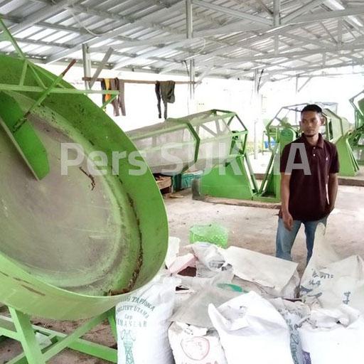 Melihat : Kini Pabrik Kompos Sudah Tidak Beroprasi(Kiri) Produk Pupuk Kompos Polinela(Kanan)/Foto : Tiara